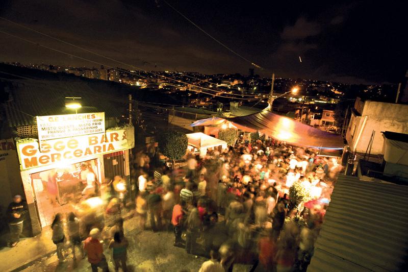 O samba da Vila Fundão, no Capão Redondo, ferve aos domingos com funk carioca nos intervalos