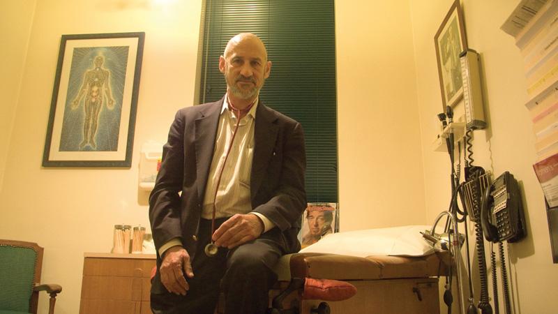 Dr. Frank Lucido em sua sala. Recomendações médicas para manter a segurança legal da maconha da Califórnia