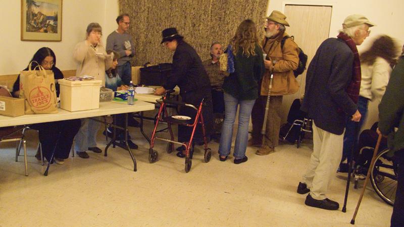 Membros da Wamm na fila semanal para suas gramas de cannabis nas mais diferentes formas