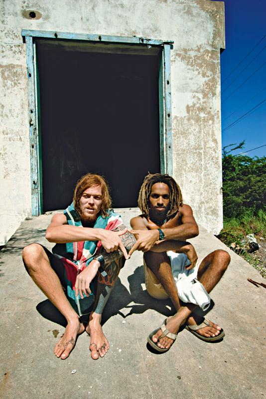 O free surfer brasileiro Fernando Fanta forma o símbolo rasta com Inilek Wilmot, filho de Billy e tetracampeão nacional