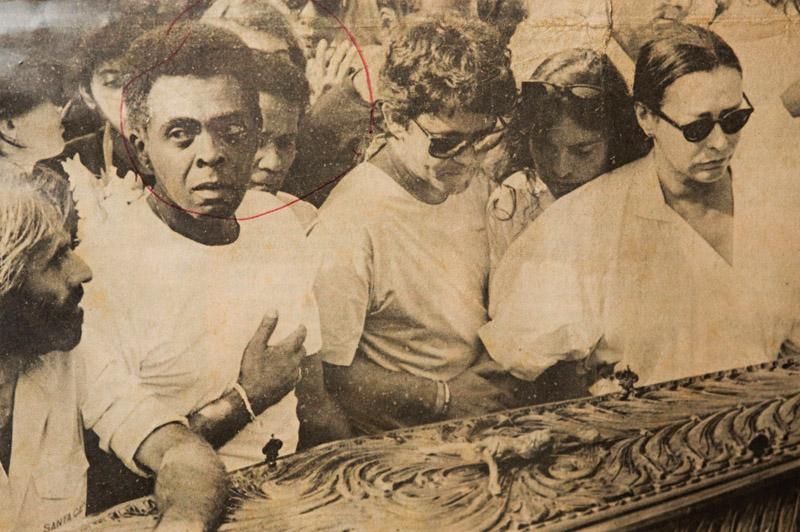 No ombro de Gilberto Gil durante o enterro de seu filho, Pedro Gil