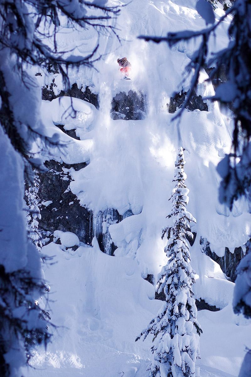 O francês Aymeric Tonin levanta poeira em British Columbia, Canadá