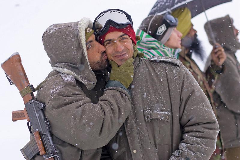 Nem tudo é guerra: na Caxemira rolou até beijinho do soldado indiano