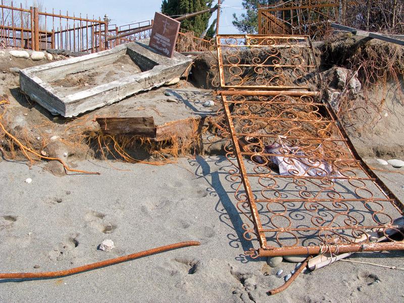 Um cemitério bombardeado na Abecásia
