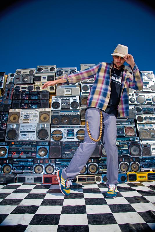O grafiteiro Danone, maior colecionador da galera, com 54 boombox