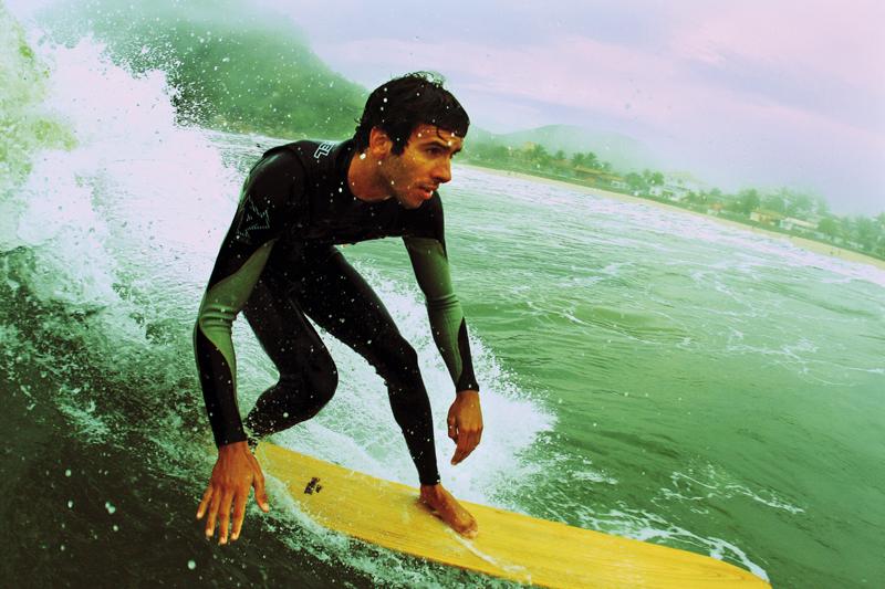 Antes de pegar o jeito de surfar da alaia, Junior deu umas embicadas