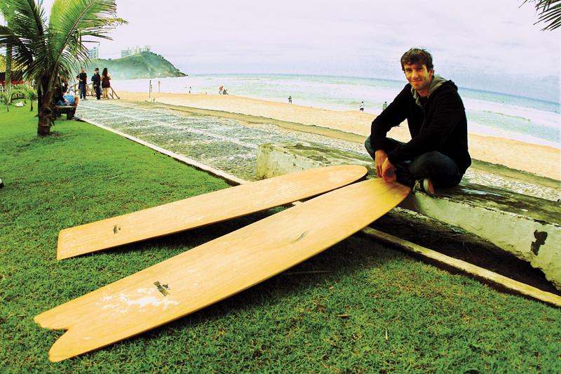 O free surfer com as duas pranchas alaias de Pipo antes de cair na água