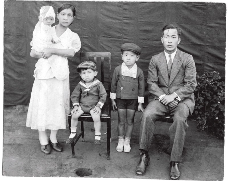 De pé ao lado do pai Taro Shimada, a mãe Ayako e os irmãos
