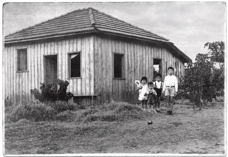 Shotaro (o mais velho), ao lado dos irmãos, na casa em que viviam
