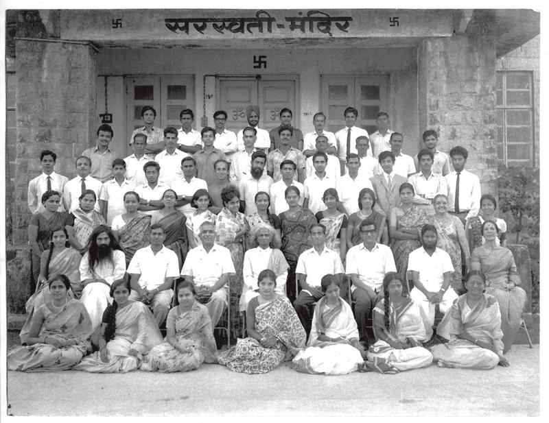 Membros do centro Kaivalyadhama em 1966, antes da filiação de Shotaro