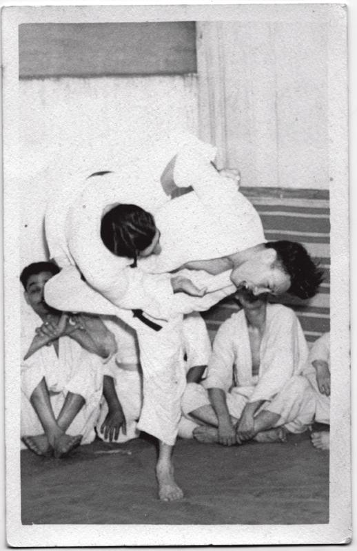 Quando ainda era professor de judô, Shotaro aplica golpe em aluno