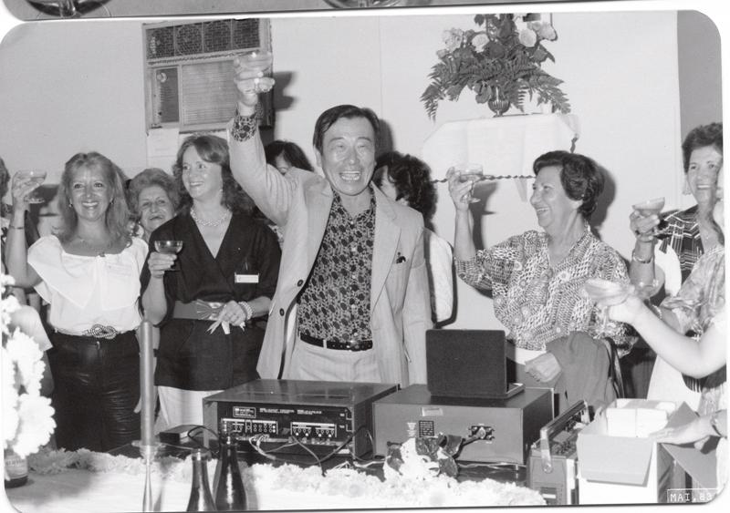 O professor ergue brinde na festa que marcou os 25 anos de seu instituto