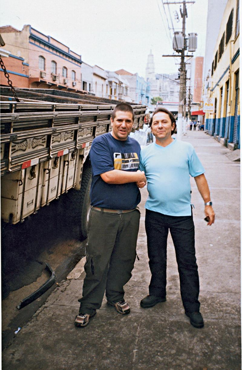 Ao lado do escritor Alessandro Buso, perto do Mercado Municipal