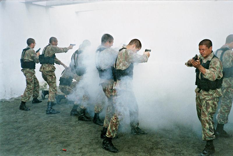 Pimentel durante treinamento de tiro em meio ao gás lacrimogêneo