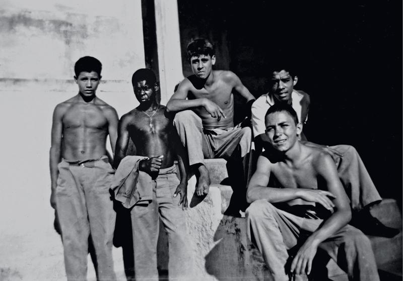 Mendes (à frente) aos 16 anos com amigos do Instituto para Menores de Mogi Mirim, todos mortos pela polícia antes da maioridade