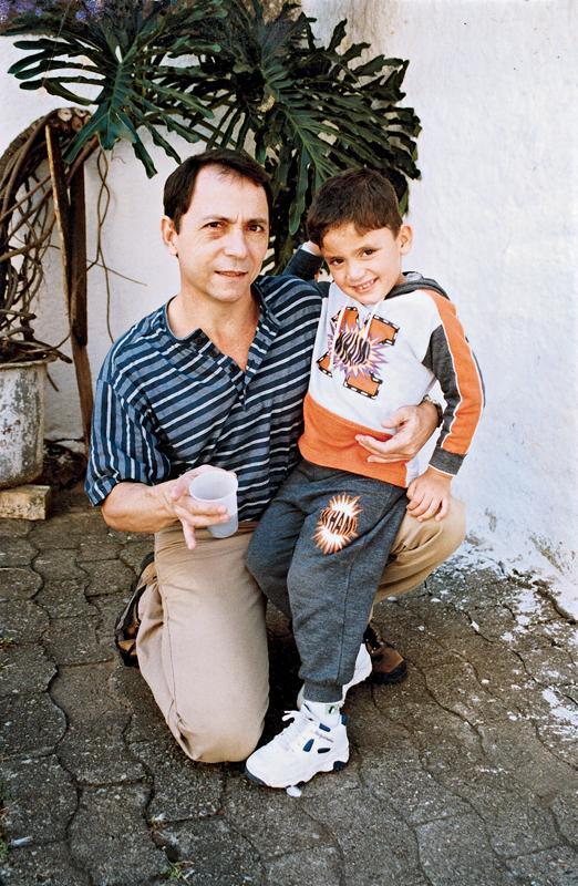 Mendes e o filho Renato no pátio do Pavilhão 8 da casa de detenção de São Paulo, em 2000