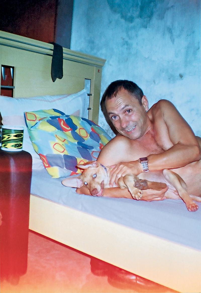 Mendes com o mascote Chicão em sua casa, logo depois de sair da prisão