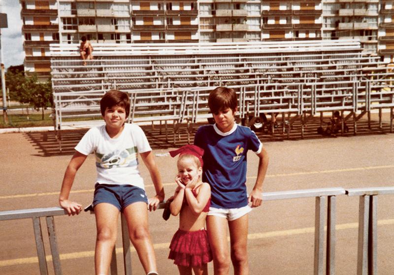 Pimentel ao lado do irmão e da irmã, esperando o desfile das escolas de samba de Brasília