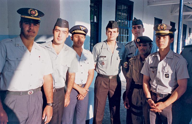 Pimentel (ao centro) e colegas na formatura do curso de ações táticas da PM paulista, em 1994