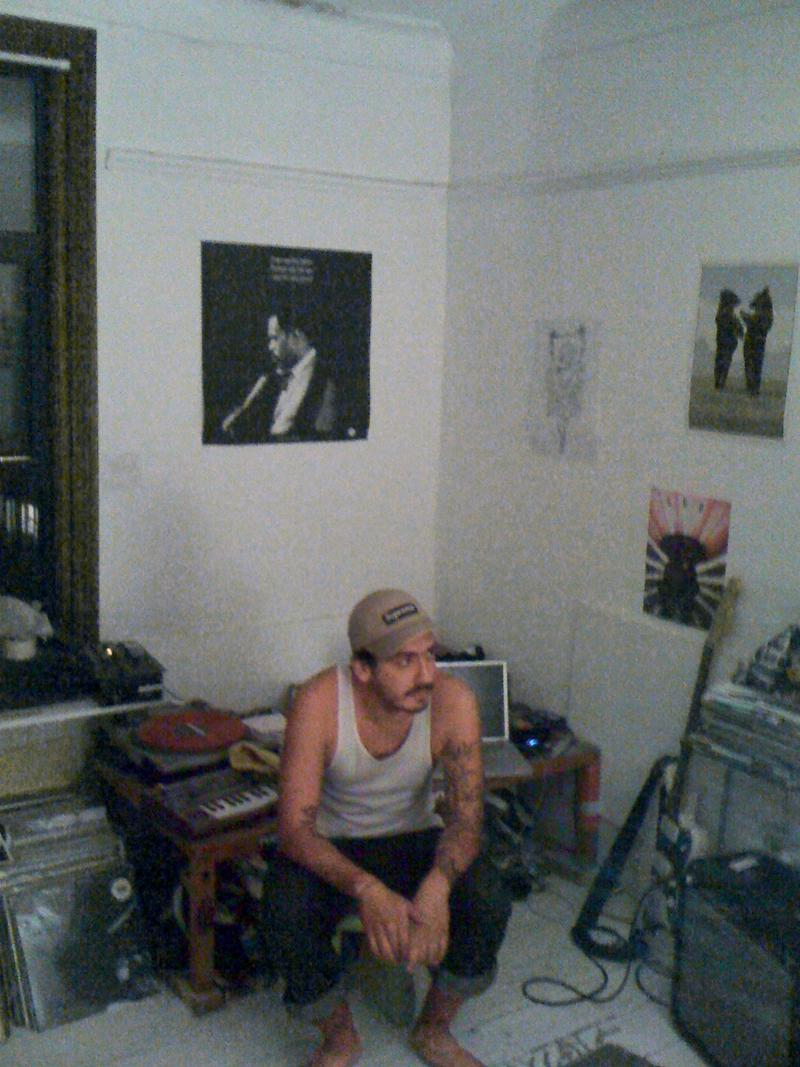 Felipe em seu quarto-estúdio, na casa que divide com mais três ingleses em Londres