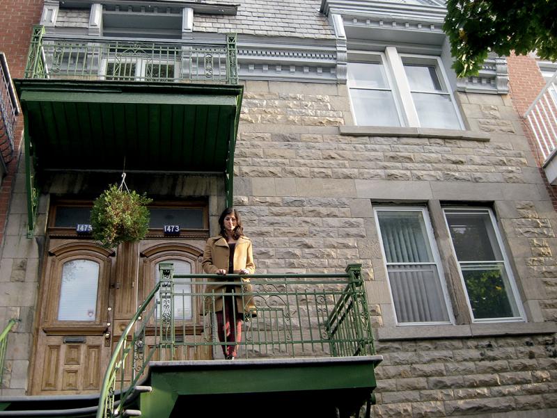 Karina em frente à sua casa