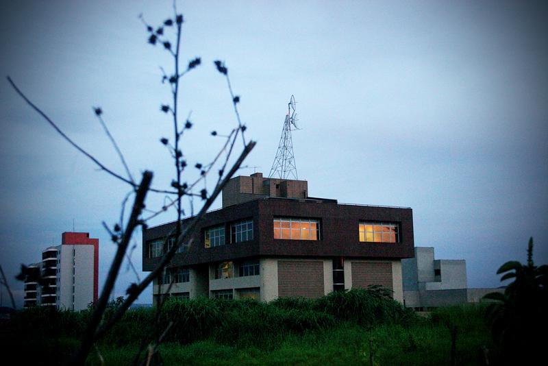 No alto, a sede da rádio em Jundiaí