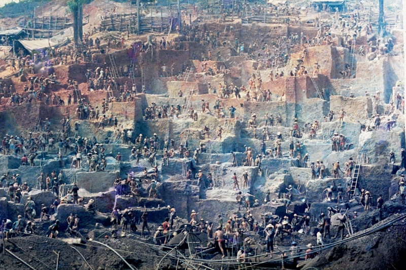 Foto rara do começo das escavações do morro da Babilônia, em 1980