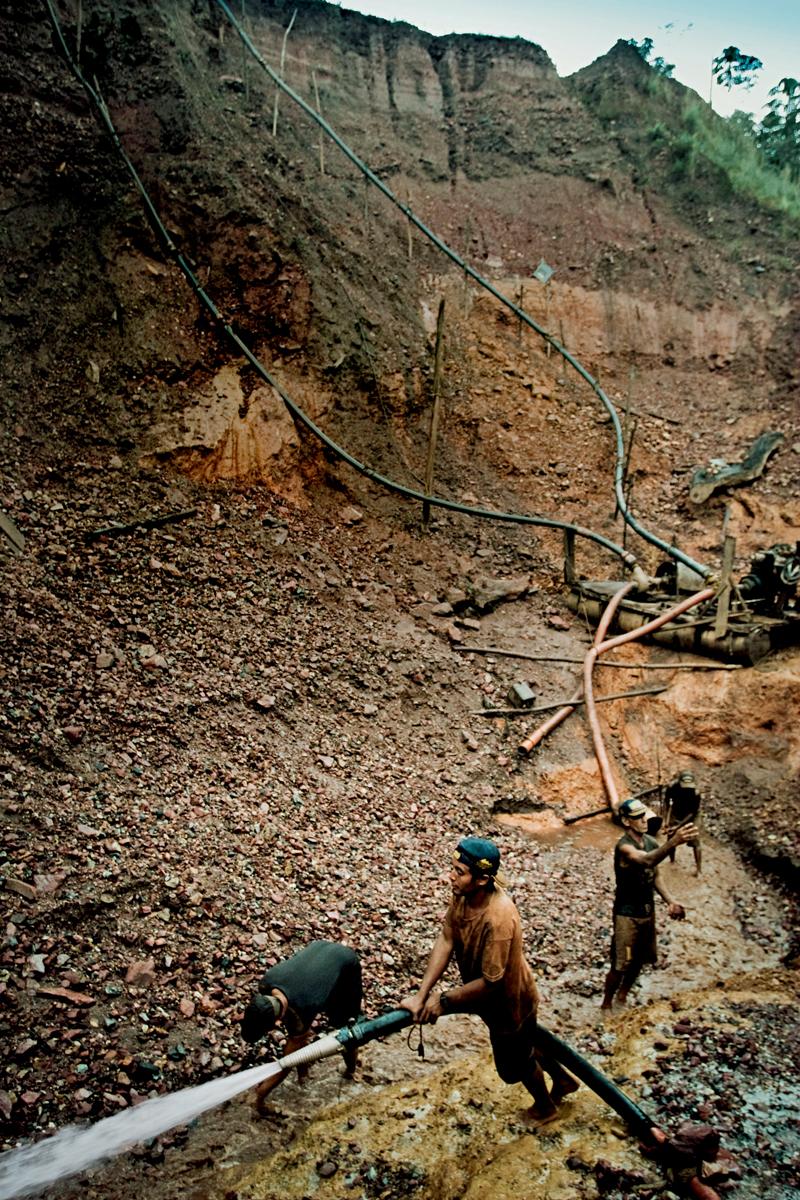 No garimpo do Adelson, remanescentes da corrida do ouro lavam a terra de novo, 40 anos depois