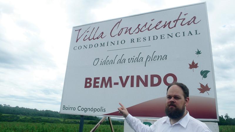 """César, o """"prefeito"""" da Cognópolis, vende o peixe do condomínio dos que saem do corpo"""