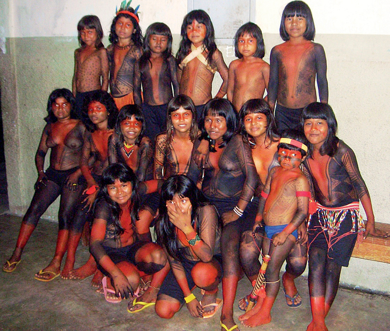 Crianças reunidas em dia de festa na escola
