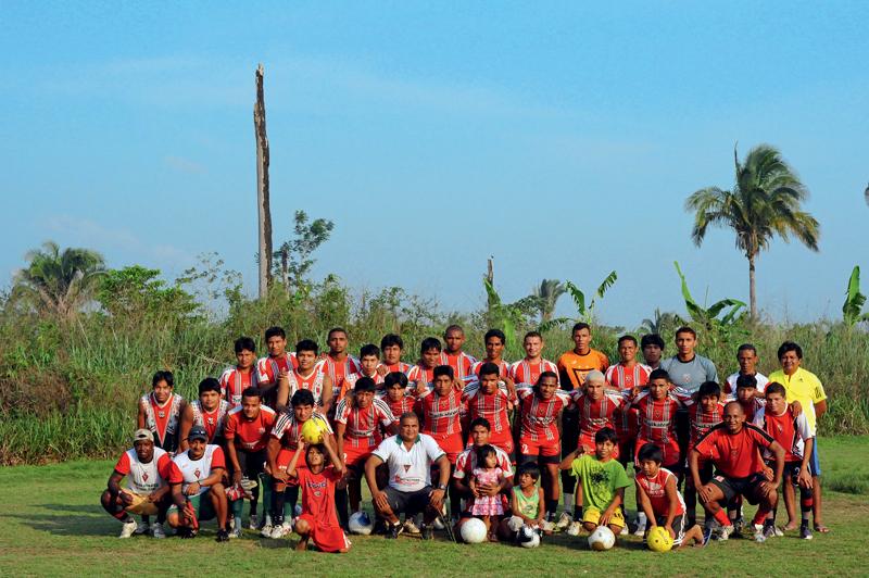 Time reunido no campo de futebol maior, situado atrás da aldeia; o treinador Zeca veste camisa amarela