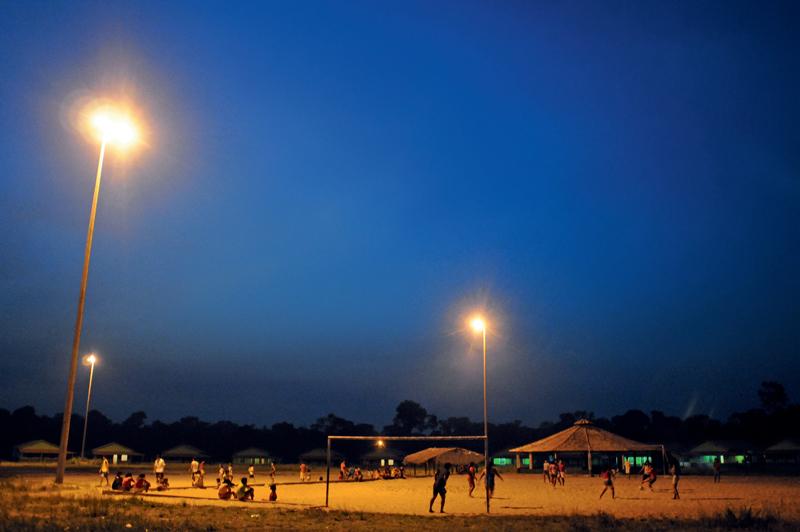 O campo de futebol central vira ponto de encontro à noite