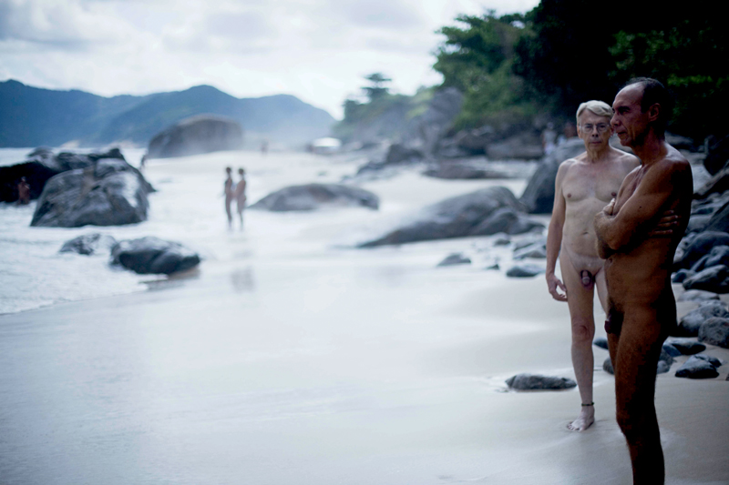 Paulo Pereira, que vivenciou o nascimento do naturismo brasileiro nos anos 50, e o amigo Pedro Ribeiro, na praia do Abricó (RJ)