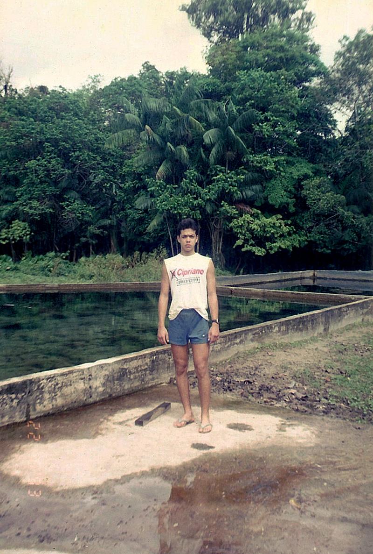 Com a selva ao fundo, o jovem lutador em 1991 na construção do sítio da família.