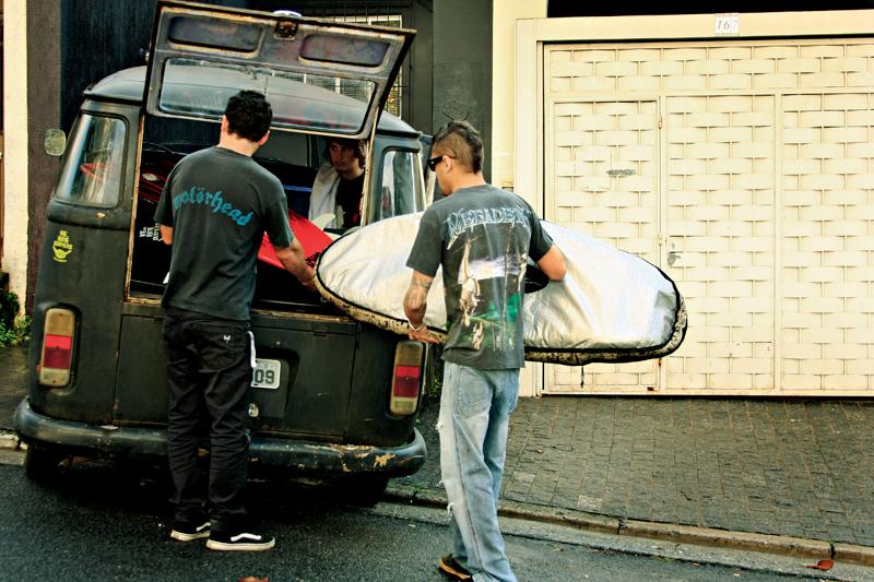 """A Kombi com o """"moicano"""" de lanças é preparada para mais uma surf trip"""