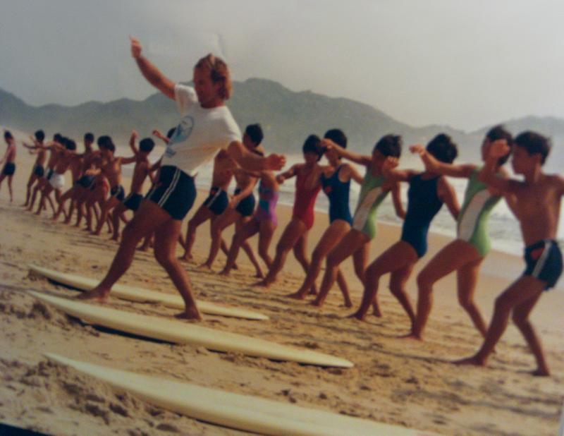 Peter dá aula de surf a alunos chineses em 1985