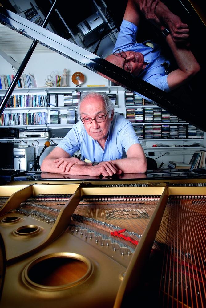 Junto de seu piano, em sua casa em Salvador
