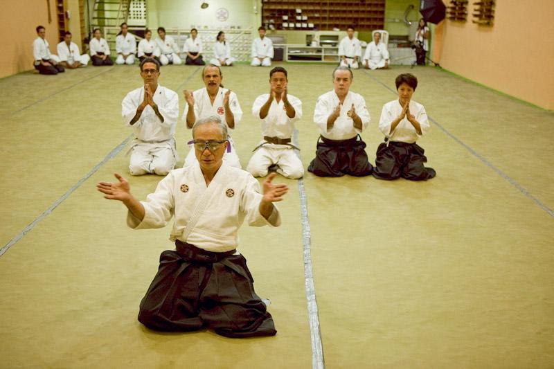 o mestre Nobuiko Maruyama orienta seus alunos, entre eles Arthur, Eduardo Araújo e mr. Scarpa