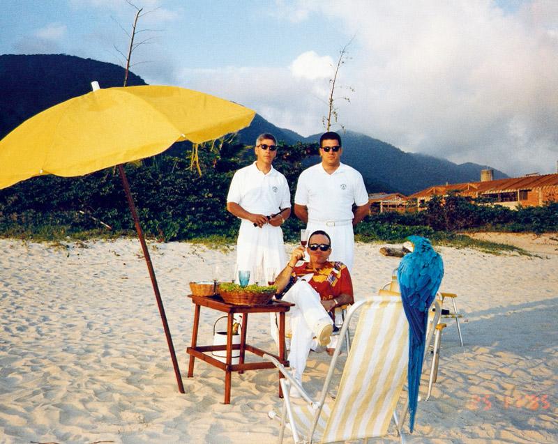 Requinte em Maresias: Chiquinho com os seguranças Francisco e Marcelo, acompanhados da arara Pacheco II