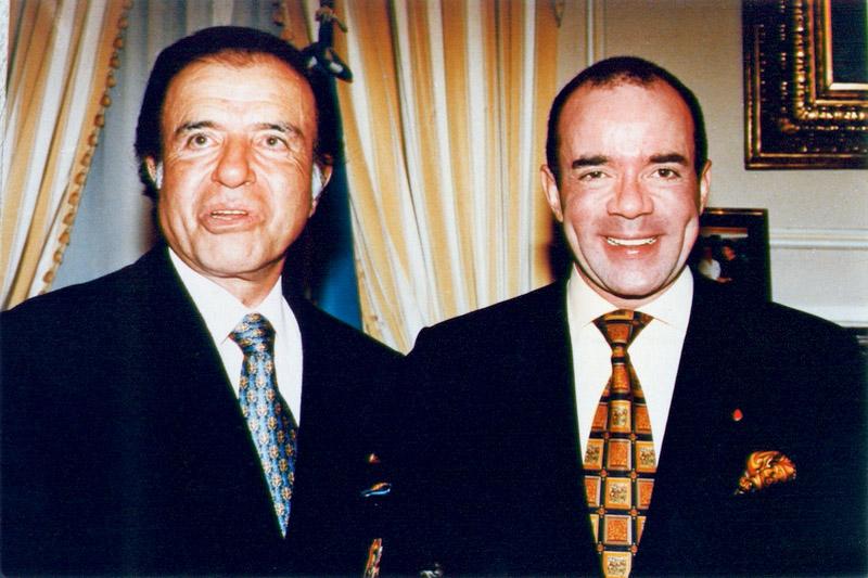 Feliz ao lado de Carlos Menem, então presidente da Argentina