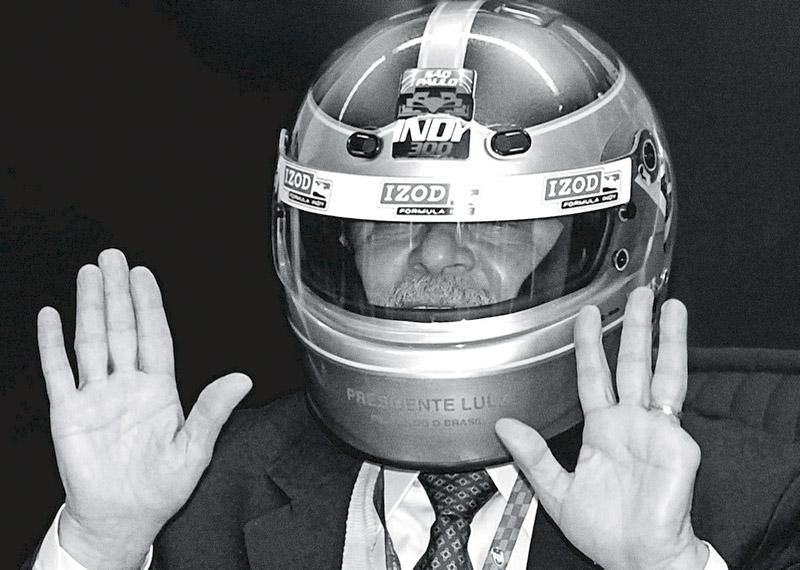 Lula mostra as mãos ao receber visita dos pilotos da Fórmula Indy