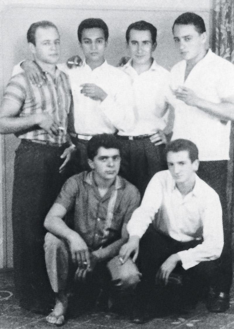 Lula logo após perder o dedo, aos 18 anos (agachado à esq.), com amigos; em pé, à esq., o irmão Frei Chico. Todos com cigarro na mão, mas ninguém fumava, era só só pra fazer tipo