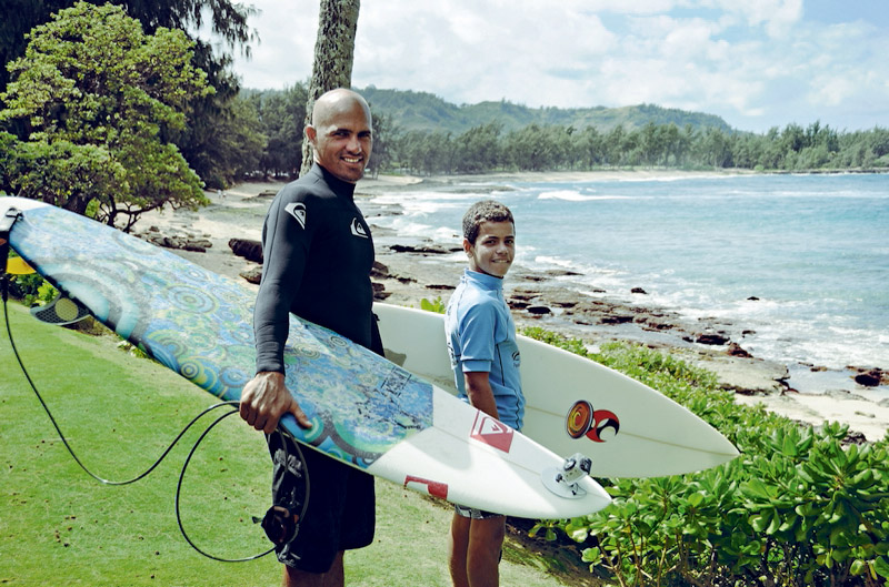 Kelly Slater apresenta o North Shore a Naamã antes de caírem no mar