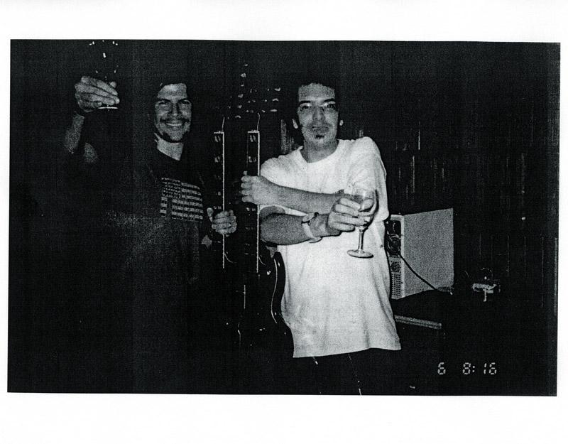 O quase RPM Tognolli com o amigo Paulo Ricardo segurando a guitarra de Jimmy Page