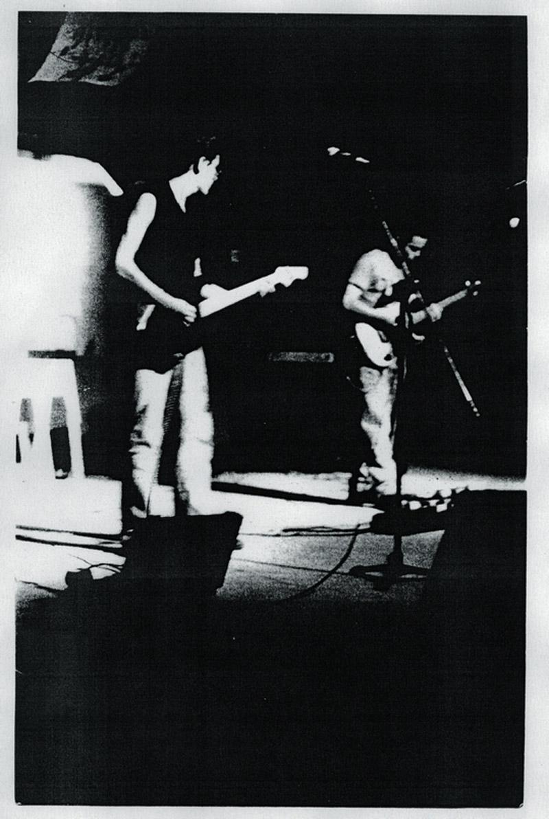 Carlos Freitas  (à dir) no palco com sua antiga banda