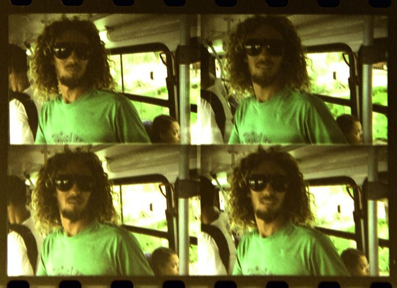 Rob Machado pega um ônibus no Rio