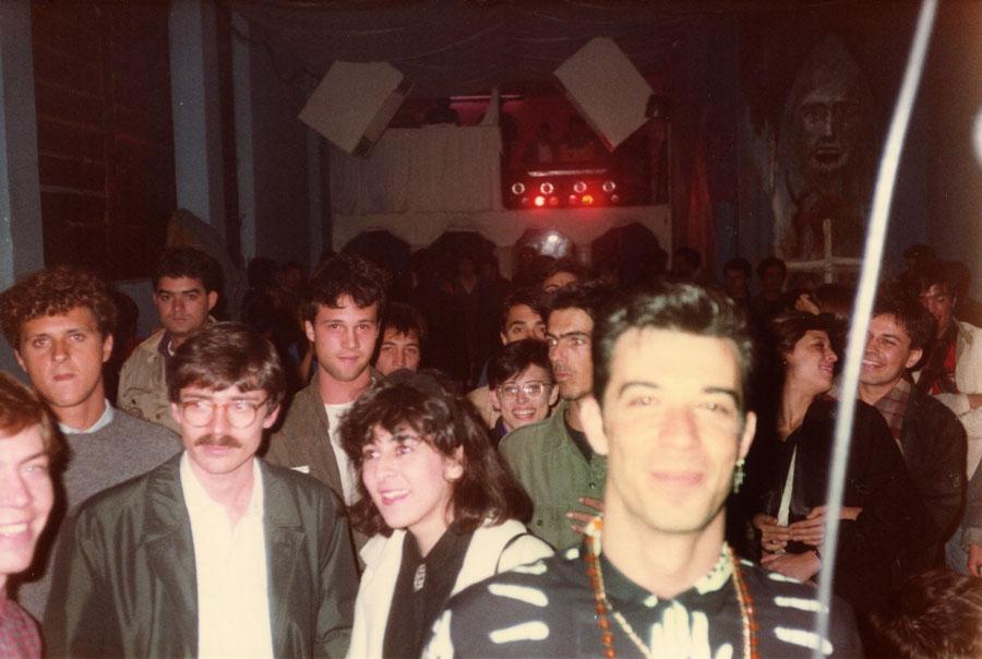 Guilherme Isnard, do Zero (em primeiro plano), Bia Abramo, sorrindo, de óculos), Charles Gavin, meio encoberto, loga atrás da Bia