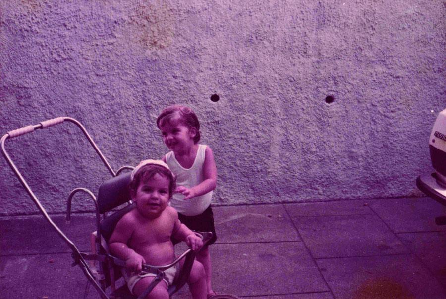 Brinca com o irmão na garagem de casa em Jacarepaguá