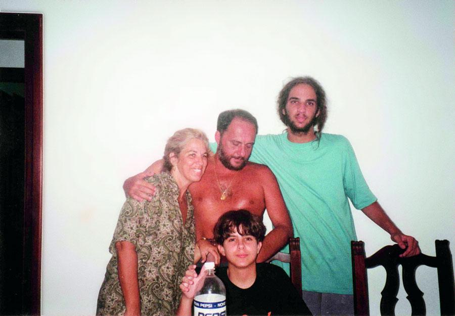 Cabeludo nos anos 90, com o pai, a mãe e um dos irmão