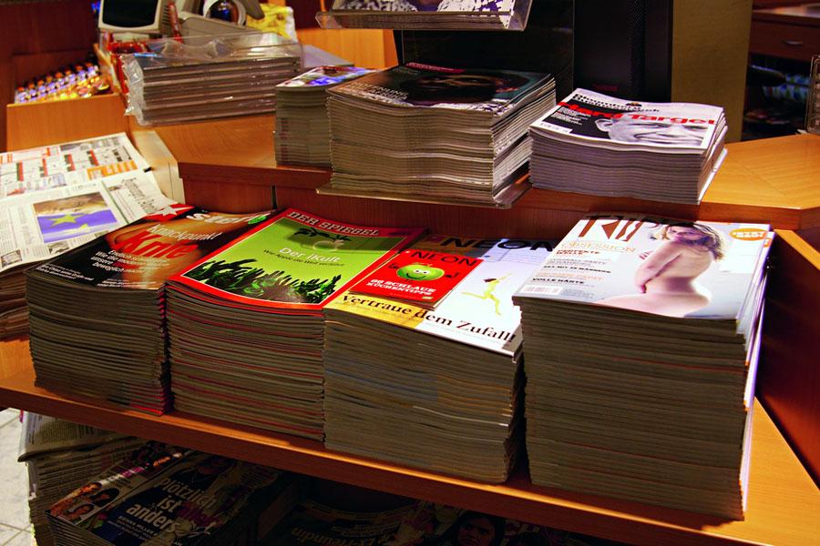 A revista ao lado de títulos alemães tradicionais, como Stern e Der Spiegel